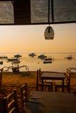 Красивый пляж с кафем в Sanur с местными традиционными шлюпками bali Индонесия рассвет Стоковое фото RF