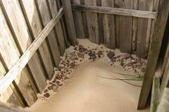 Красивый пляж с красочные камешки в песке Стоковая Фотография RF