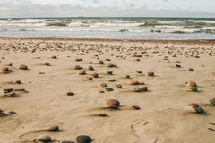 Красивый пляж с красочные камешки в песке Стоковые Фотографии RF
