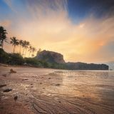 Красивый пляж с красочным небом, Таиландом Стоковые Изображения RF