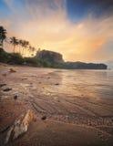 Красивый пляж с красочным небом, Таиландом Стоковое Изображение RF
