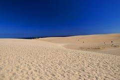 Красивый пляж Corralejo и голубое небо Фуэртевентура Стоковая Фотография