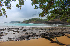 Красивый пляж Piscina в острове Сан Томе и Принчипе Стоковое Изображение