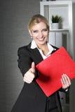 Красивый работник офиса давая большие пальцы руки вверх Стоковое фото RF