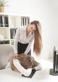 Красивый работник офиса просыпается упаденный уснувший коллега Стоковая Фотография RF