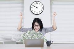 Красивый работник с деньгами на компьтер-книжке Стоковое фото RF