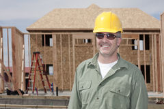 Красивый рабочий-строитель строя дом стоковое изображение