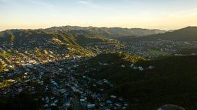 Красивый район Karori в Веллингтоне Новой Зеландии, антенне захода солнц стоковые фотографии rf