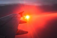Красивый рассвет с оранжевыми и розовыми облаками крыло взгляда плоскости двигателя двигателя видимое Стоковые Фотографии RF