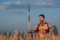 Красивый ратник идя в нападение с округленным экраном Стоковая Фотография RF
