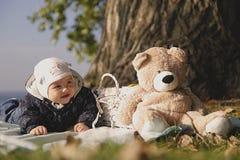 Красивый ребенк на пикнике голубым морем стоковые фотографии rf
