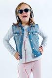 Красивый ребенок слушая к музыке с цифровой таблеткой Стоковое фото RF