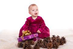 Красивый ребёнок в красном платье в Новогодней ночи Стоковое Изображение