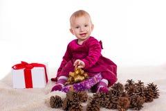 Красивый ребёнок в красном платье в Новогодней ночи Стоковые Изображения