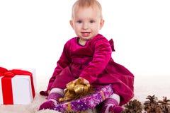 Красивый ребёнок в красном платье в Новогодней ночи Стоковые Изображения RF