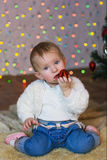 Красивый ребёнок в красном платье в Новогодней ночи Стоковое Фото