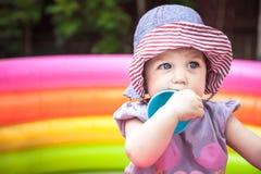 Красивый ребёнок играя в playpen с игрушками в парке стоковые изображения rf