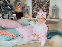 Красивый ребёнок около рождественской елки с подарками стоковое изображение