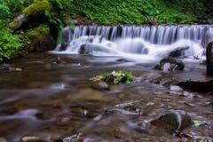 Красивый речной порог реки гор стоковое фото