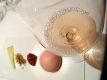 Красивый розовый бокал вина с запачканным десертом Стоковое Изображение