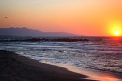Красивый розовый заход солнца морем в лете Плоский летать прочь на заднем плане Стоковые Изображения