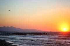 Красивый розовый заход солнца морем в лете Плоский летать прочь на заднем плане Стоковое Изображение RF