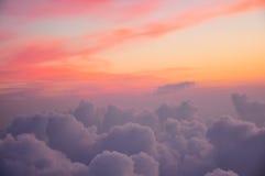 Красивый розовый и оранжевый солнечный свет утра облаков на зоре крыло взгляда плоскости двигателя двигателя видимое Стоковые Изображения RF