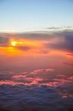 Красивый розовый и оранжевый солнечный свет утра облаков на зоре крыло взгляда плоскости двигателя двигателя видимое Стоковые Фото