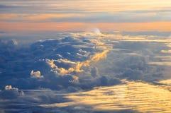 Красивый розовый и оранжевый солнечный свет утра облаков на зоре крыло взгляда плоскости двигателя двигателя видимое Стоковая Фотография