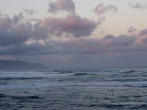 Красивый розовый и фиолетовый рассвет над океаном с свертывать волн Стоковые Фото