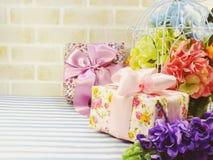 Красивый романтичный букет подарочной коробки и искусственного цветка Стоковые Изображения