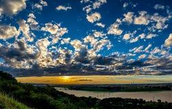 Красивый романтичный заход солнца с как покрашенными облаками Стоковые Изображения RF