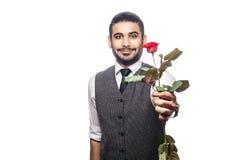 Красивый романтичный счастливый человек с розовым цветком Стоковые Изображения