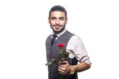 Красивый романтичный счастливый человек с розовым цветком Стоковое Изображение RF