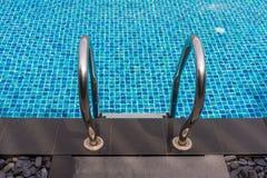Красивый роскошный бассейн с лестницей бассейна на солнечный день стоковое фото
