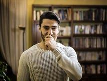 Красивый рот заволакивания молодого человека с рукой стоковые изображения rf