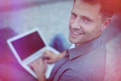 Красивый руководитель бизнеса используя компьтер-книжку Стоковое Фото