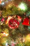 Красивый ручной работы стеклянный шарик на рождественской елке Стоковые Изображения RF