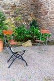 Красивый сад с стульями Стоковые Фотографии RF