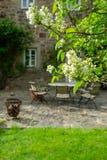 Красивый сад с таблицей и стульями Стоковое Изображение RF