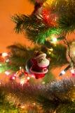 Красивый Санта Клаус на рождественской елке Стоковые Изображения RF