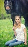 Красивый сад девушки и лошади весной Стоковое Изображение RF