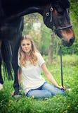 Красивый сад девушки и лошади весной Стоковое Фото