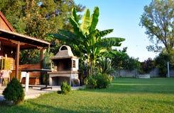 Красивый сад с барбекю Стоковые Фото