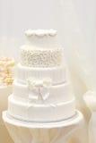 Красивый свадебный пирог в белизне с 5 различными уровнями. стоковые изображения rf