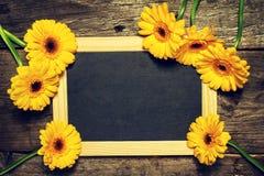 Красивый свежий желтый цвет Gerbers весны на старом винтажном деревянном Tabl Стоковое Фото