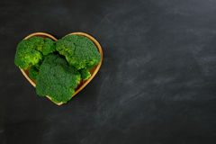 Красивый свежий зеленый овощ брокколи в сердце Стоковые Изображения RF