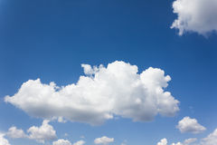 Красивый свет - голубое небо с тучными белыми облаками Стоковые Изображения
