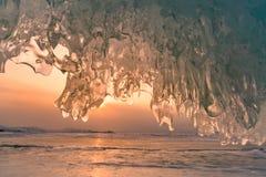 Красивый свет над замороженной стеной пещеры льда, сезон солнца зимы Сибиря России стоковая фотография