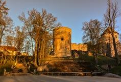 Красивый свет после полудня в парке с старыми руинами замка Стоковое Изображение